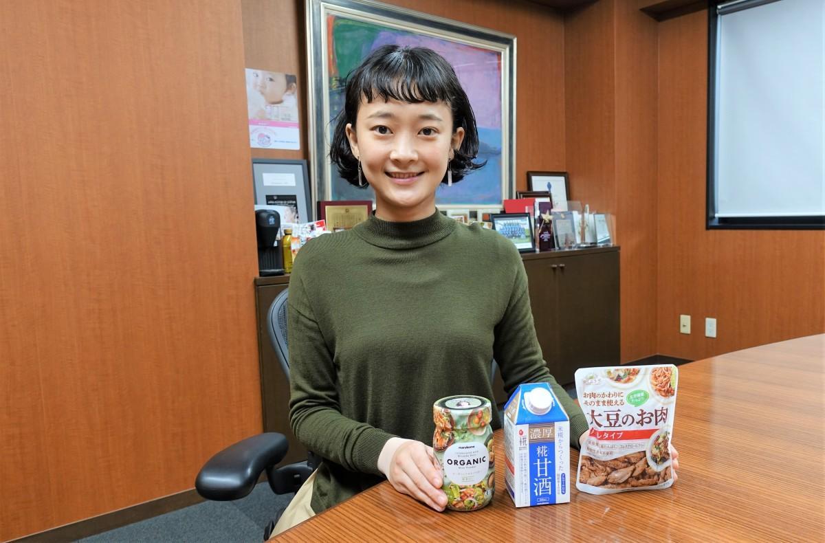 マルコメのコンテスト対象商品と広報宣伝課の尾田春菜さん