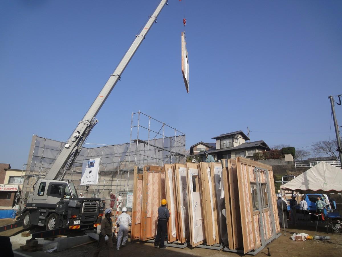 公開施工実験を行う木造大型パネル