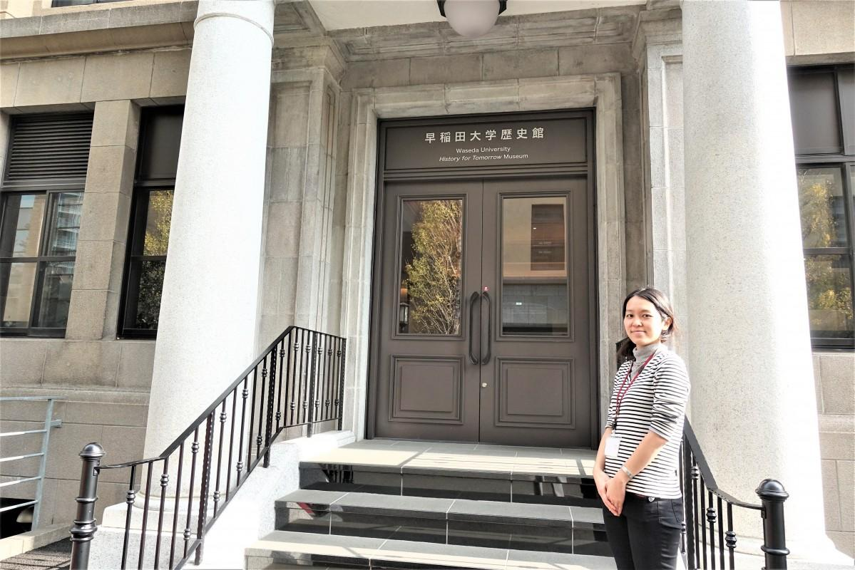 早稲田大学歴史館前で学芸員の三浦香里さん
