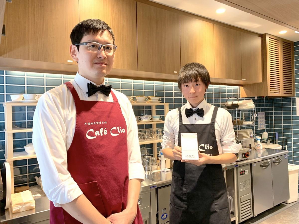 店長の手串充利さんとスタッフで早稲田大学珈琲研究会に所属する工藤慎也さん(左から)