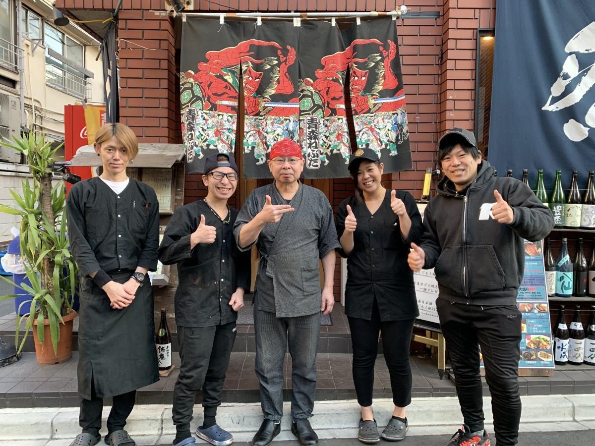 「鮮魚と地酒屋 漁介」の店頭で奥脇さん、坂下さん、塩谷さん、西さん、社長の野中さん(左から)