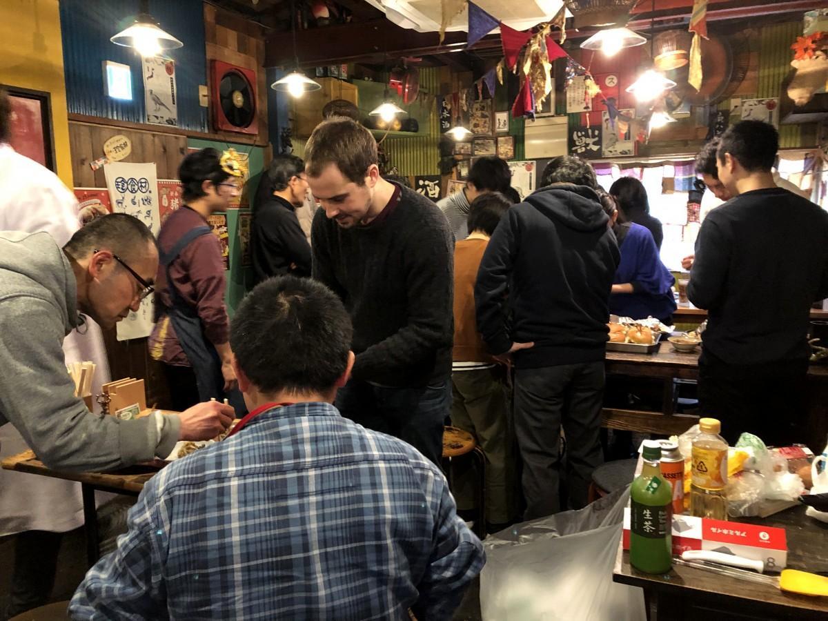 米とサーカス高田馬場店の店内で昆虫を使った料理をつくる参加者