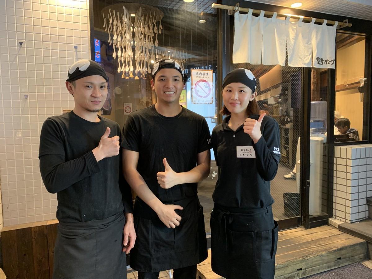 野方ホープ高田馬場店の前で、高見澤店長、クォンさん、藤石さん(左から)