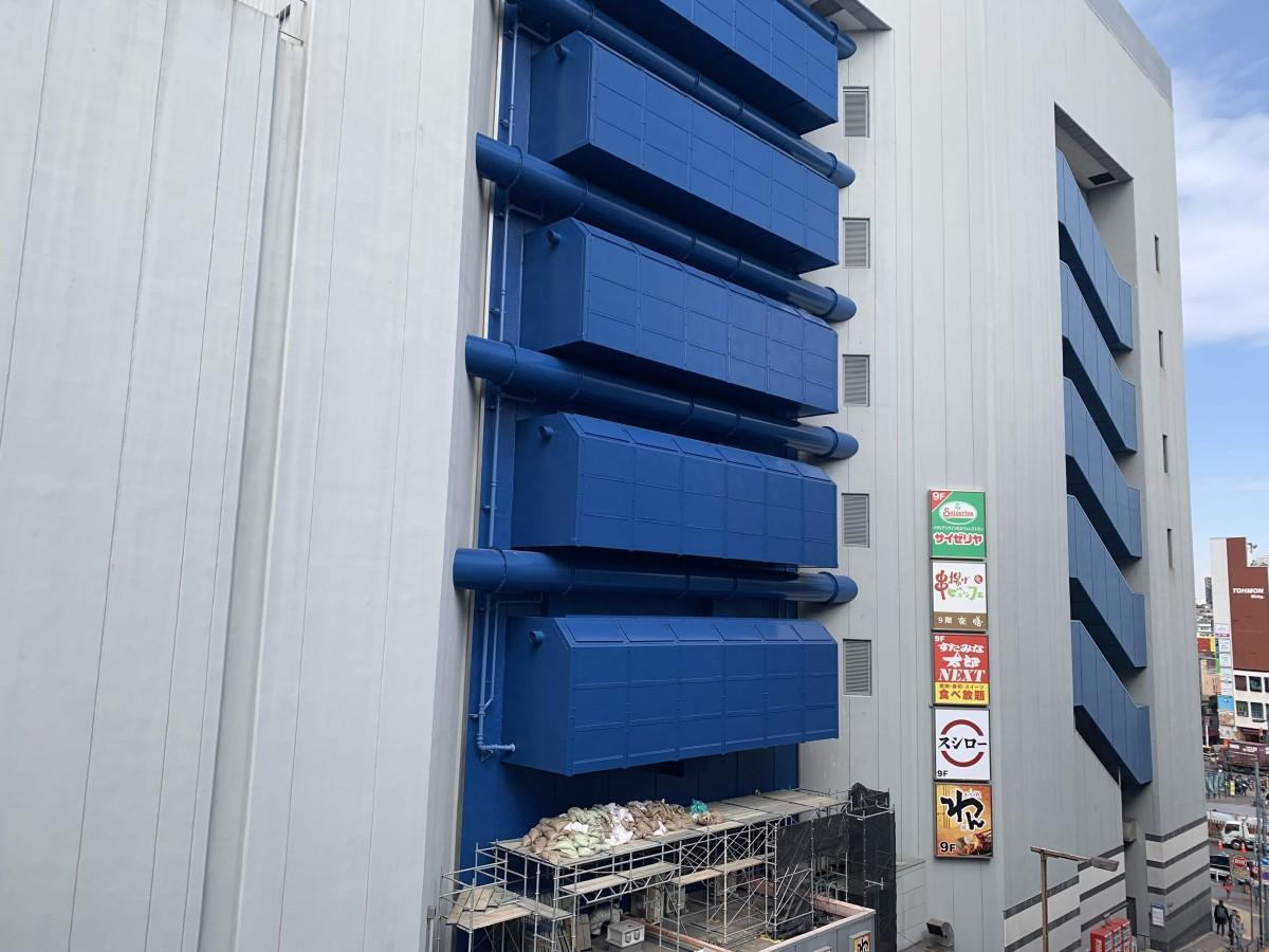足場が外され新たに塗装された壁面が露出したBIGBOX高田馬場