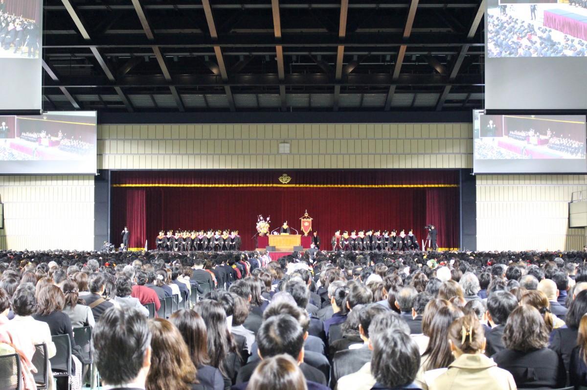 早稲田大学の学部卒業式、芸術学校卒業式および大学院学位授与式の様子