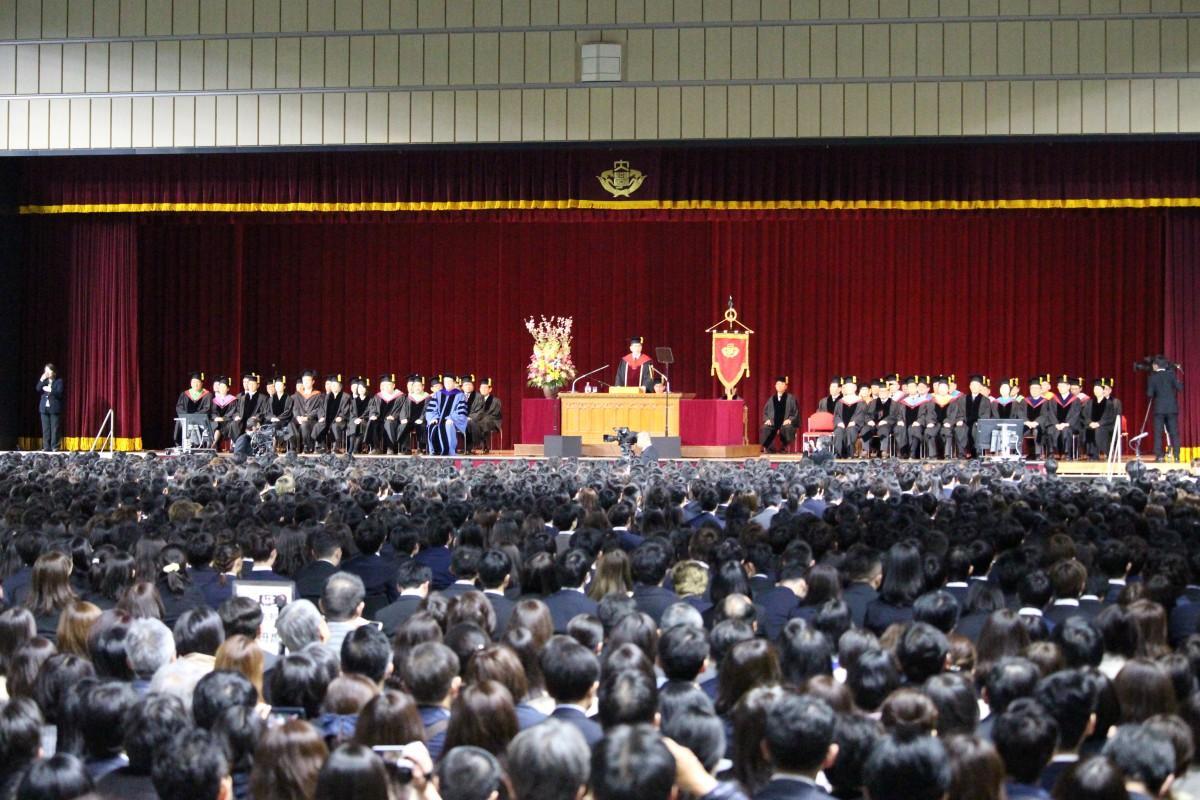 早稲田大学で開催された政治経済学部、法学部、文学部の入学式の様子
