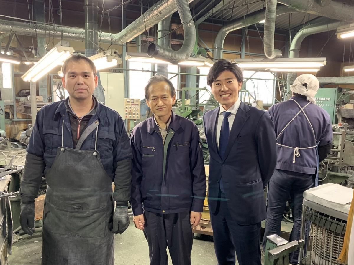燕市でカトラリーなどを手掛けるサクライの下村和幸第2工場長、田中好意(よしい)デジタルシステム管理課長、GAIKENの浜井啓介さん(左から)