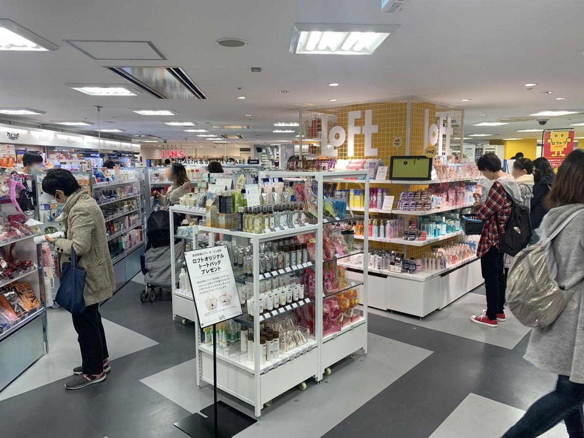 オープン初日に多数の客でにぎわう「高田馬場ロフト」の店内