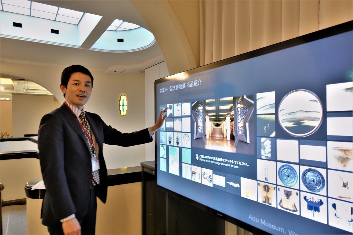 4Kデジタルサイネージを操作する早大文化推進部の村田聡史さん