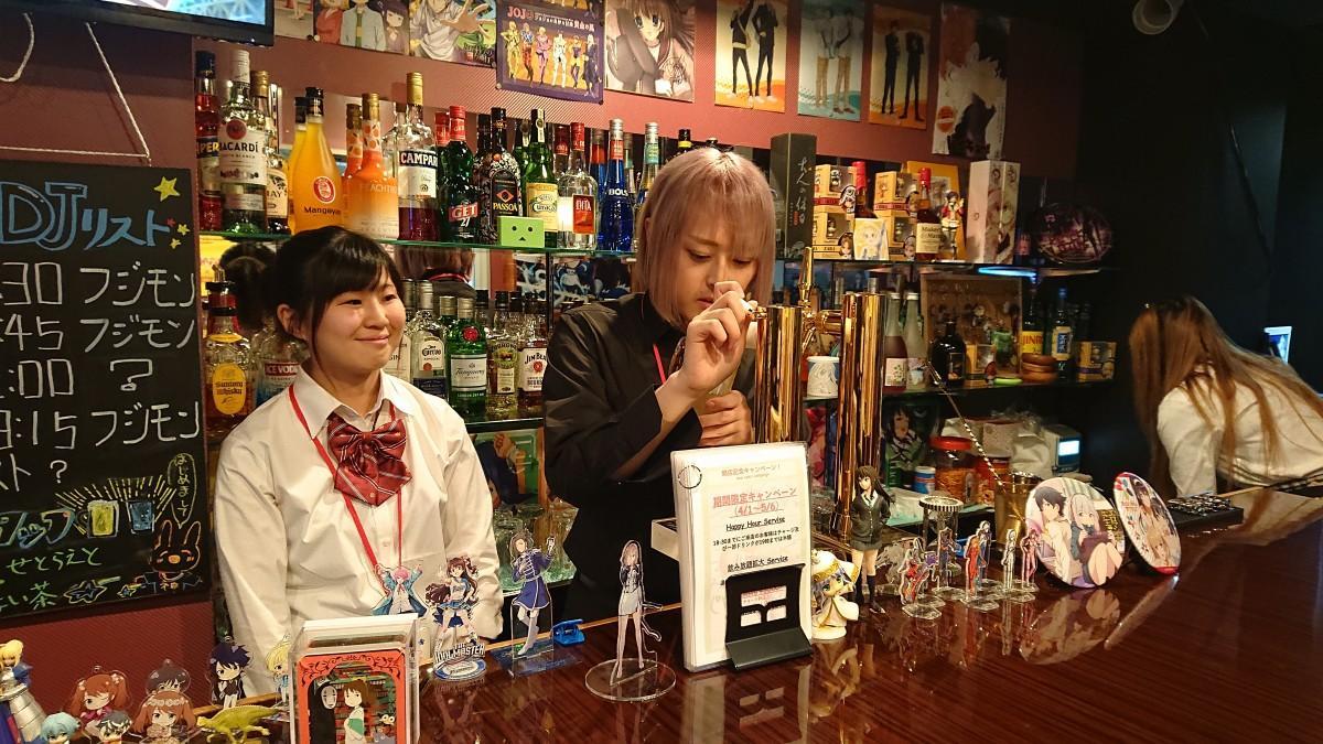 「ANIME ROCK&DJ BAR Geek's Cafe」のスタッフ・ひなたさん、ナノさん(左から)