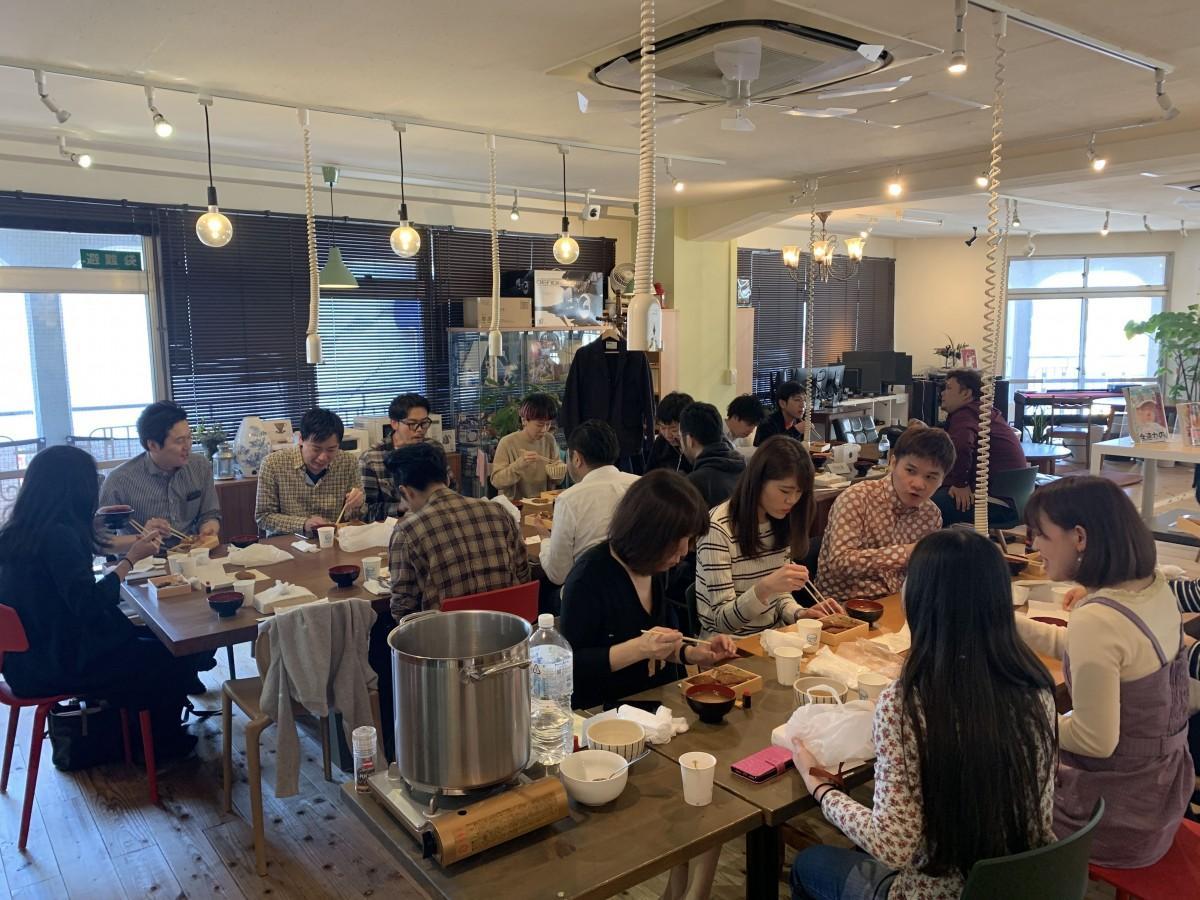 高田馬場にあるコワーキングスペース「CASE Shinjuku」で開催された「早稲田『奏す庵』のソースカツ丼をみんなで食べよう!」の様子