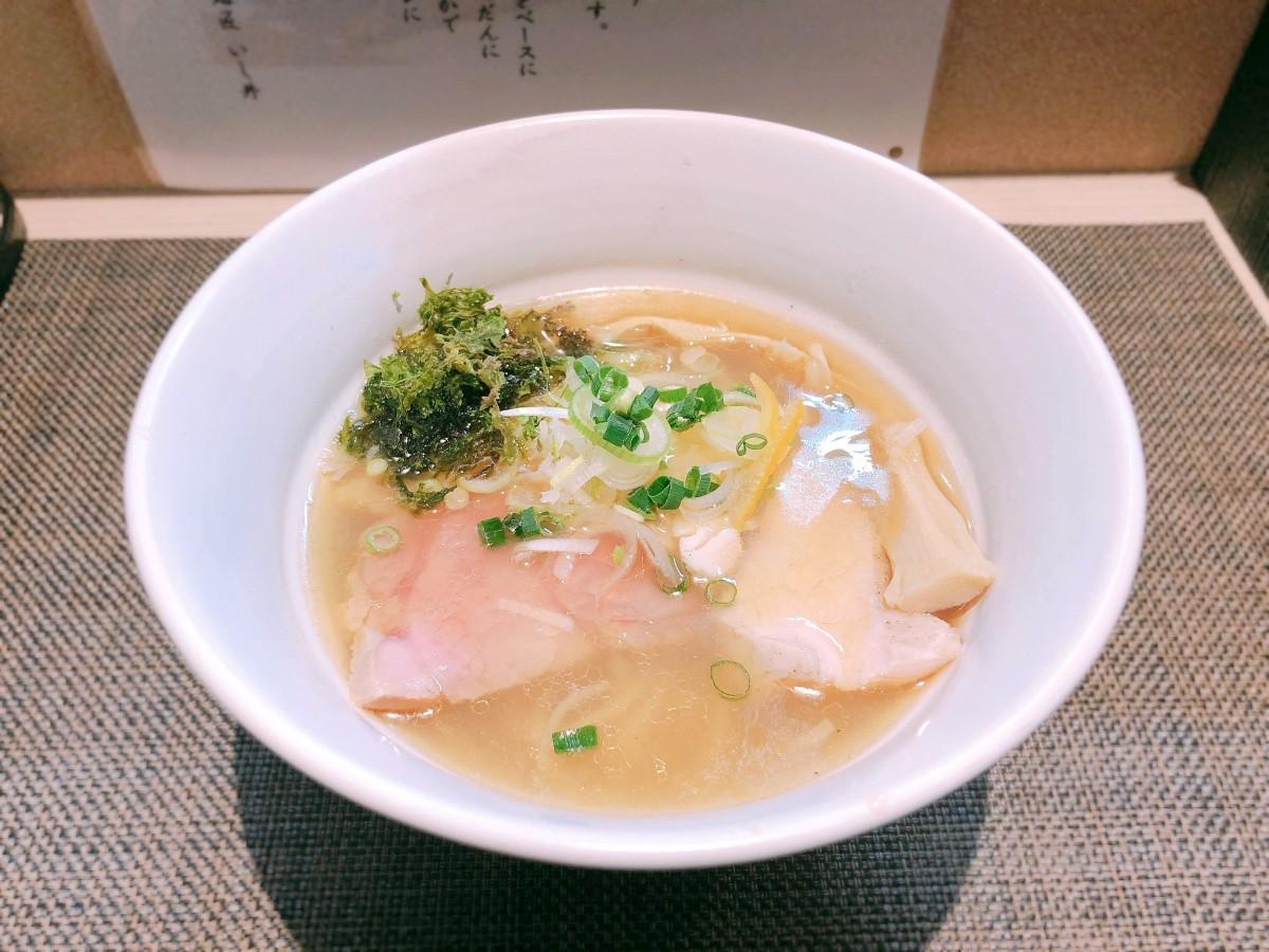 「麺匠いし井」が新たに定番メニューにした「焼きあご塩らーめん」(800円)