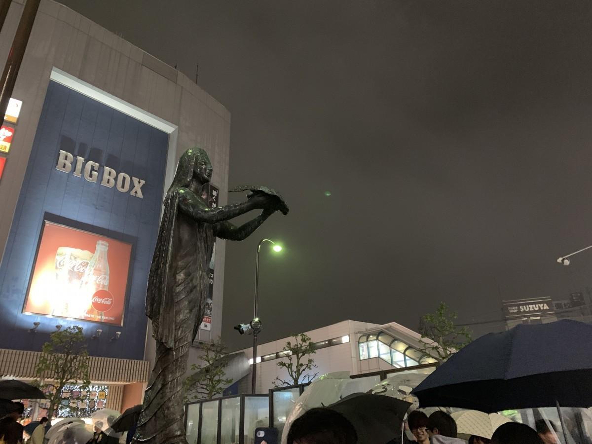 高田馬場駅前ロータリーでこれまで多くの若者を見守ってきた「平和の女神像」