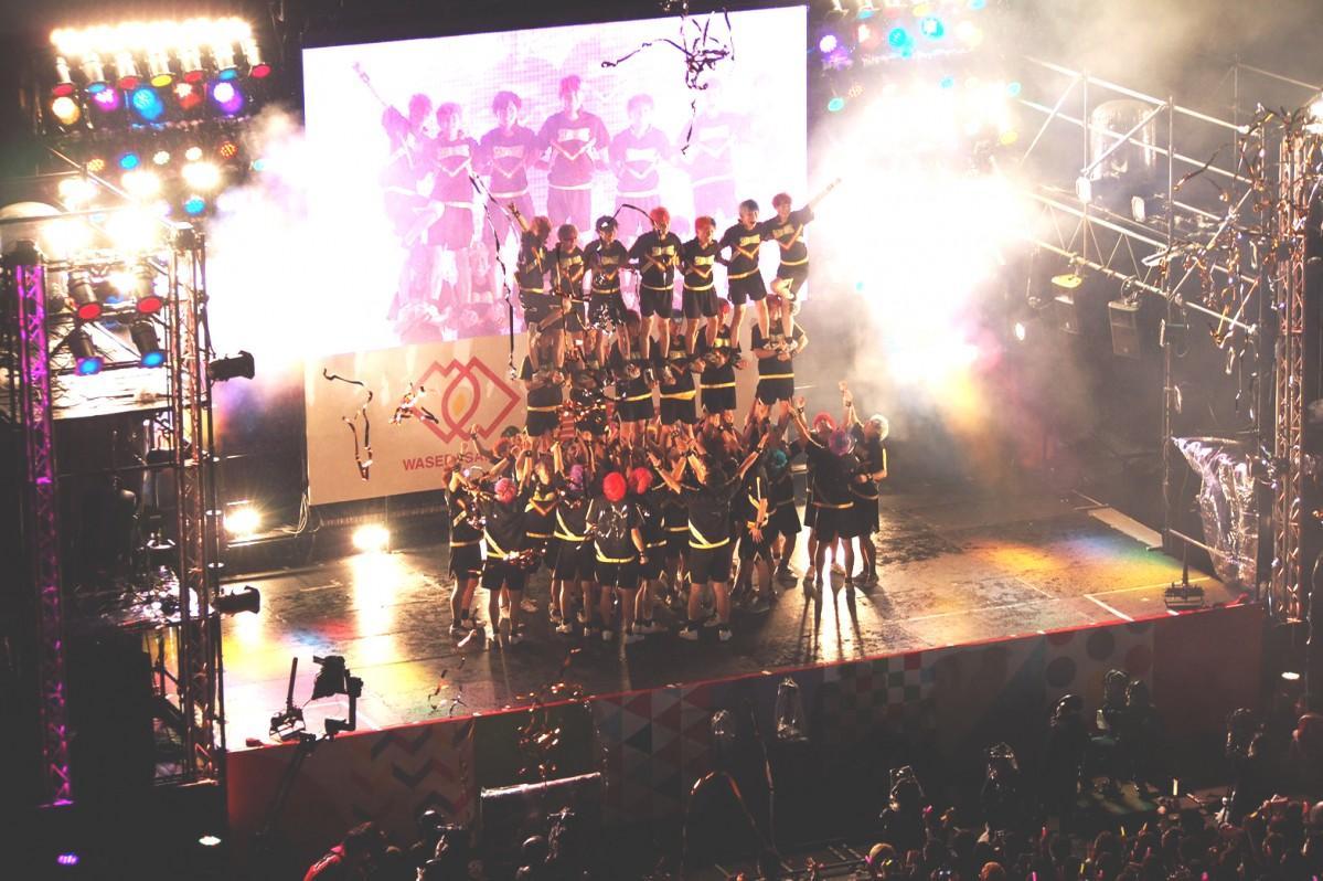 昨年開催された「早稲田祭2018」。大隈講堂前ステージで演技を行う早稲田大学男子チアリーディングチーム「SHOCKERS(ショッカーズ)」