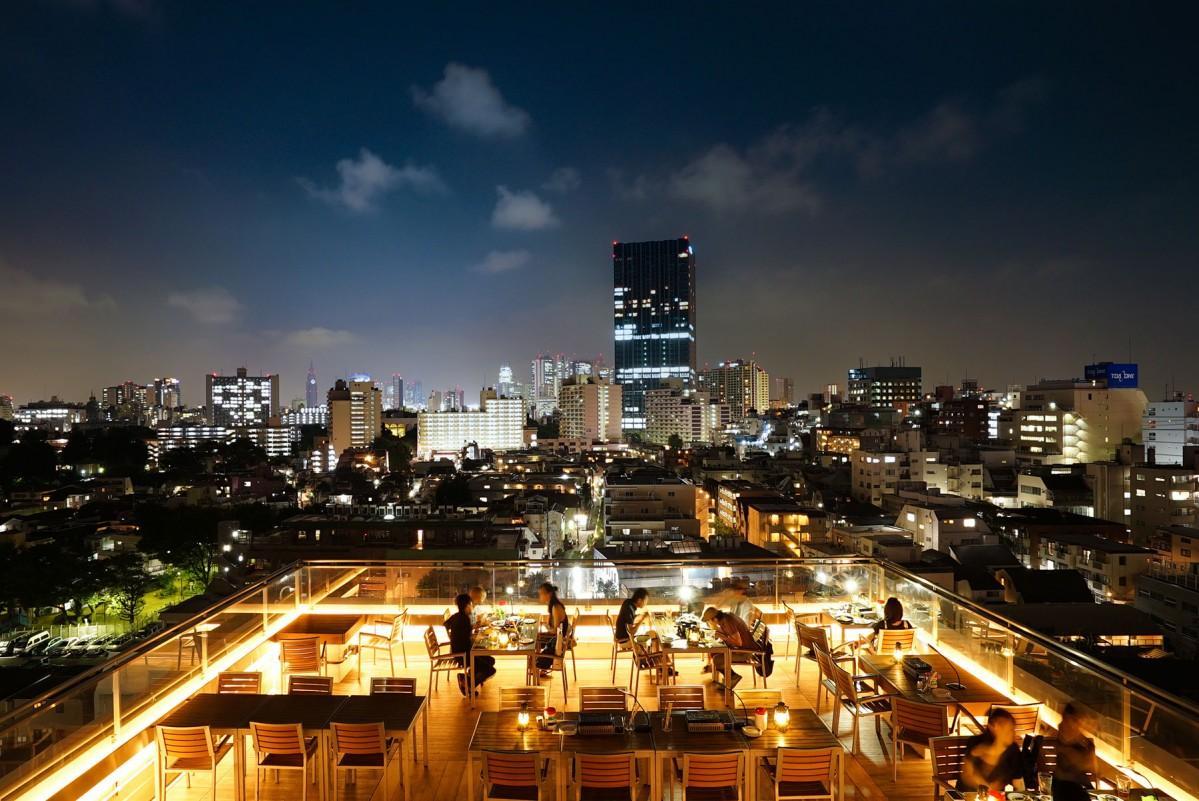 「SOUNDS terrace(サウンズテラス)」から見ることができる新宿駅方面の夜景