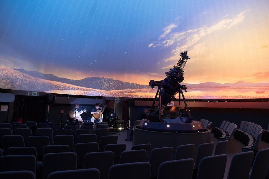 昨年開催された「星空ごこち 七夕プラネタリウムライブ」のリハーサルの様子(撮影:二條七海さん)