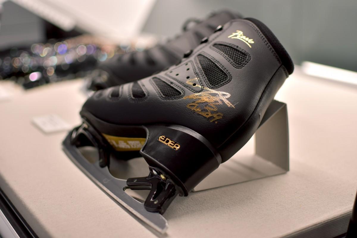 展示中の羽生結弦選手の直筆サインが入ったフィギュアスケートシューズ(提供:早稲田スポーツミュージアム)