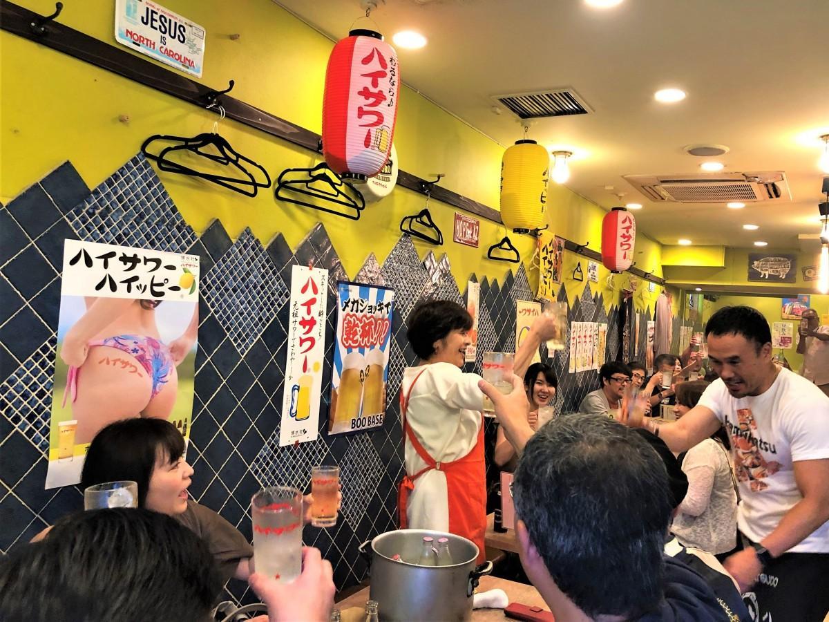 ハイサワーで乾杯の様子。博水社社長の田中秀子さんとハムカツ太郎さんの音頭で。
