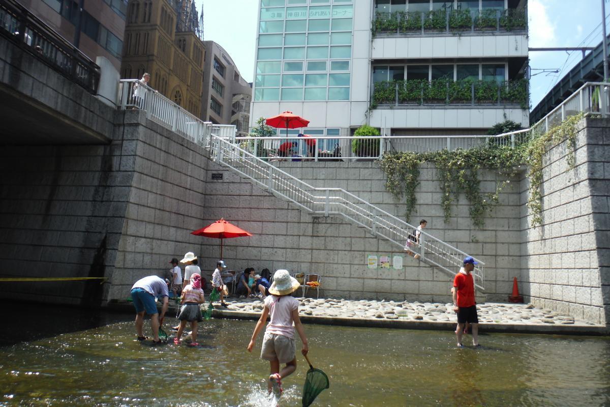 過去に開催された神田川親水テラス開放の様子(提供:新宿区みどり土木部みどり公園課)