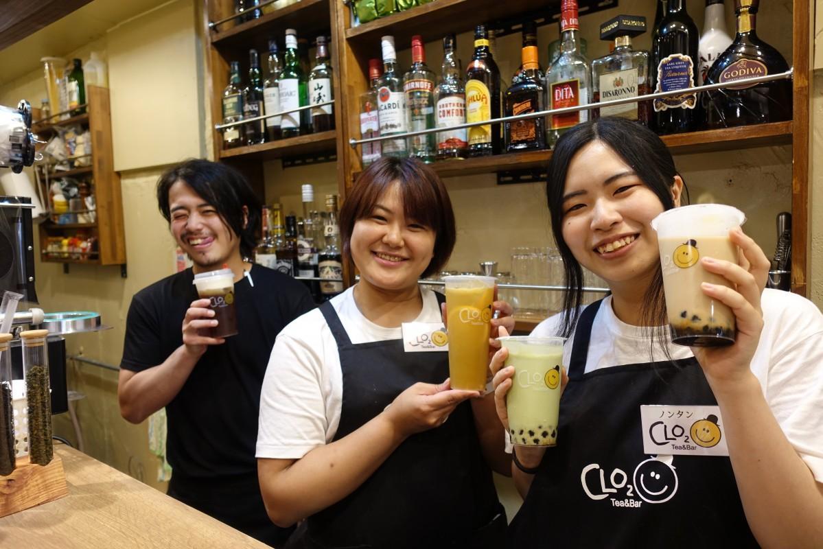 「Tea&Bar CLO2(シロクロ)」の店長・ビリーさん、なぎさん、ノンタンさん(左から)