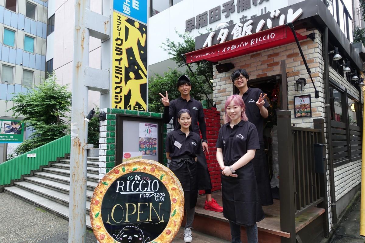「RICCIO(リッチョ)」のオーナーの野村幸世さん、店長の野坂真さん、スタッフのともさん、コンさん(奥側左から)