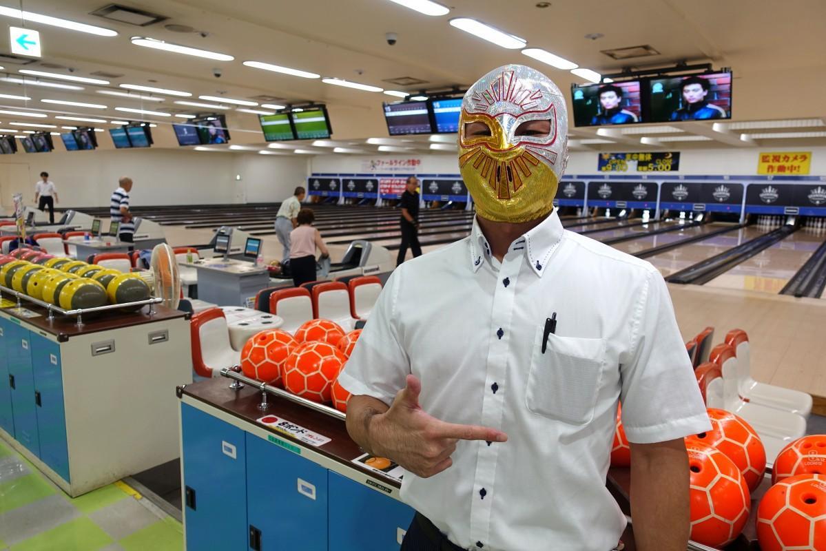 「高田馬場グランドボウル」のツイッターアカウントを管理する神隆(じんたかし)さん。「#公式マスク部」にも参加している。