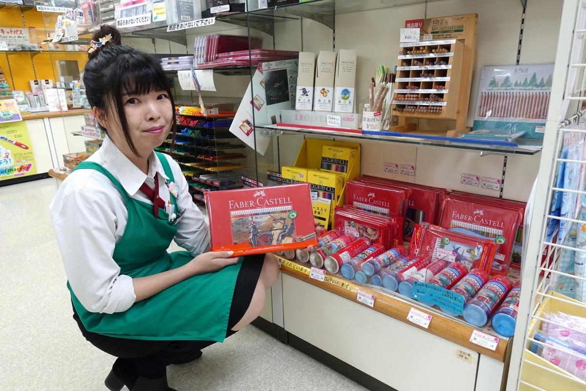 賞品になるファーバーカステルの色鉛筆売り場を紹介するCHIKUHOの佐々木史子さん
