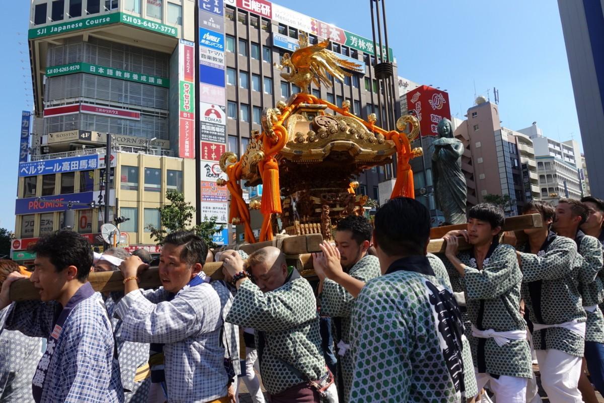 快晴の中、諏訪睦が神輿(みこし)を担ぎ、BIGBOX前のロータリーから出発する昨年の様子