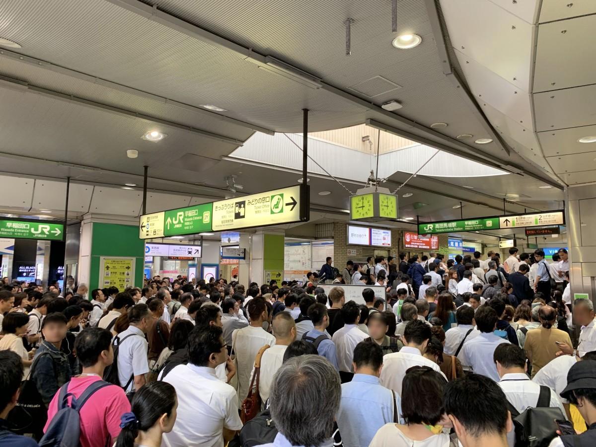 山手線の再開を高田馬場駅の改札・早稲田口で待つ人たち