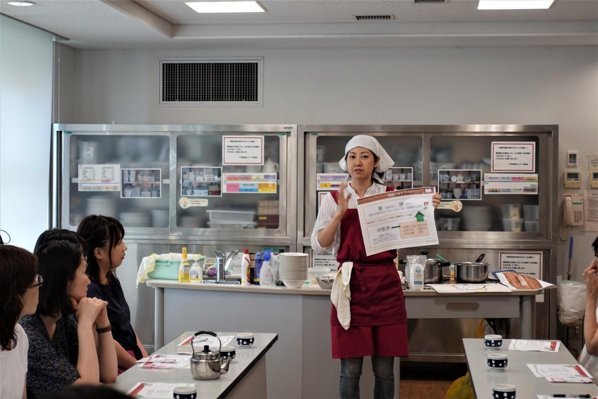 主催の舟川忍さんの薬膳レクチャーの様子(新宿区「野菜大好き月間」)