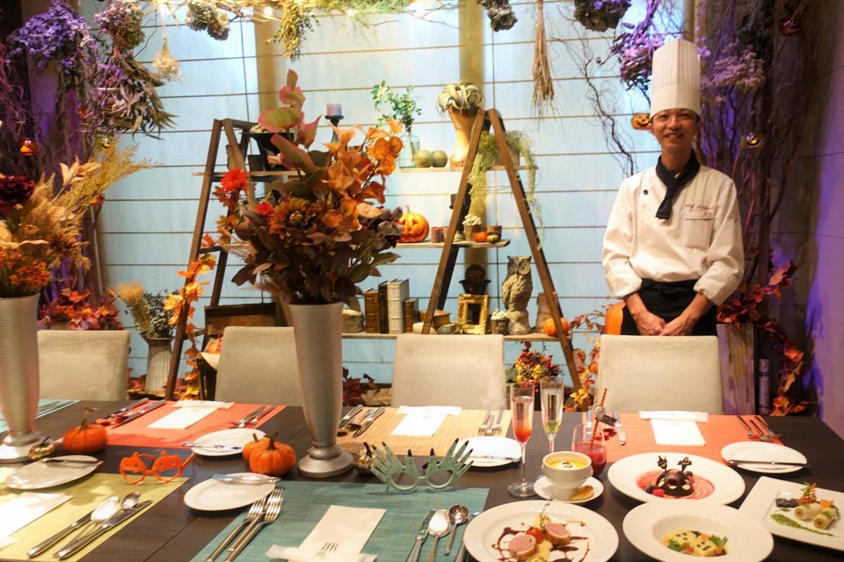 パーティー料理を企画した料理長の菊内誠さん。「HALLOWEEN ROOM 魔女の隠れ家」で