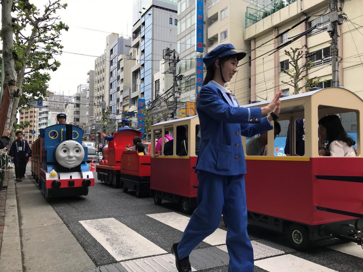 早稲田通りを走る機関車トーマス(昨年の様子)
