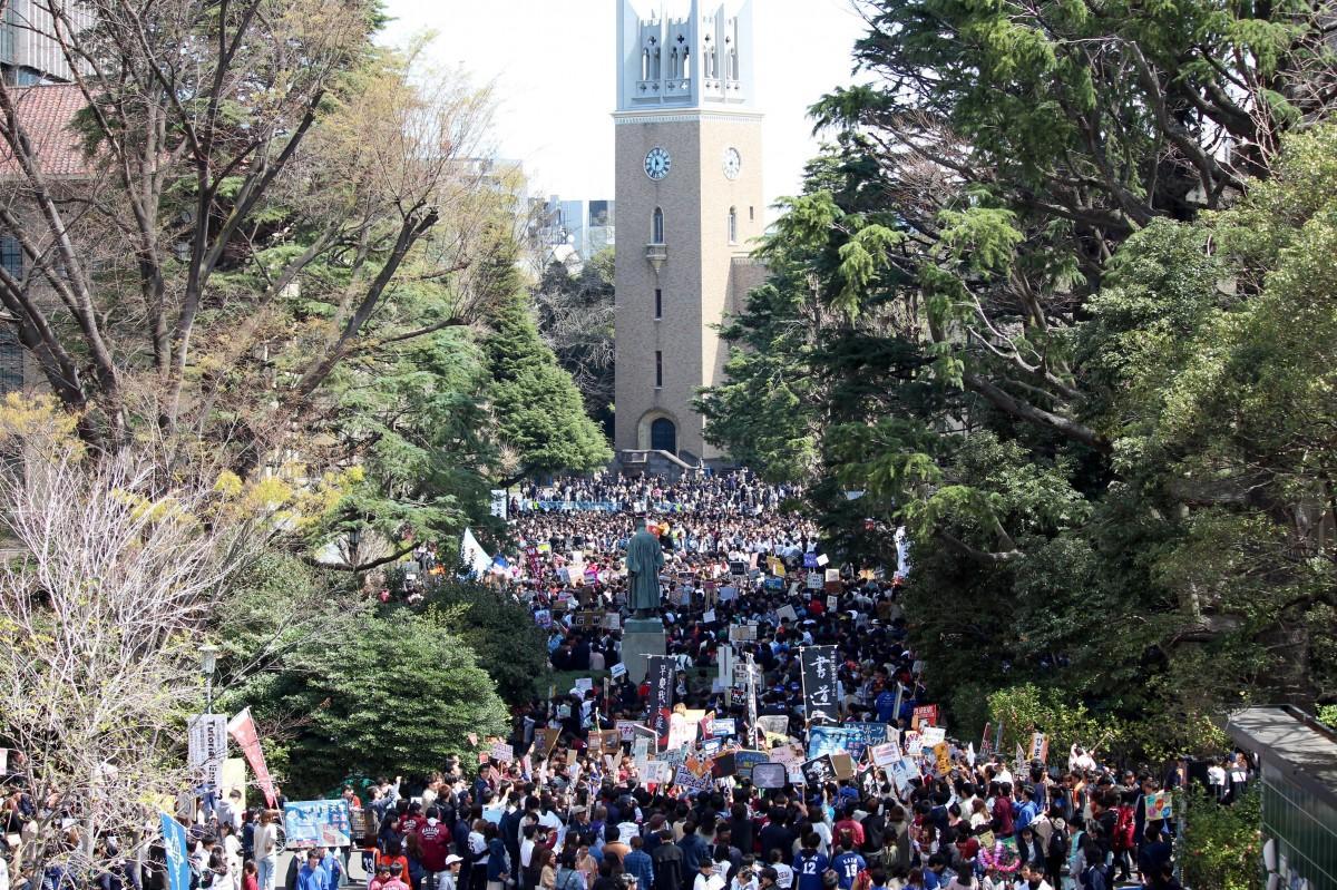 今年の入学式後に早稲田キャンパスで行われた新歓の様子