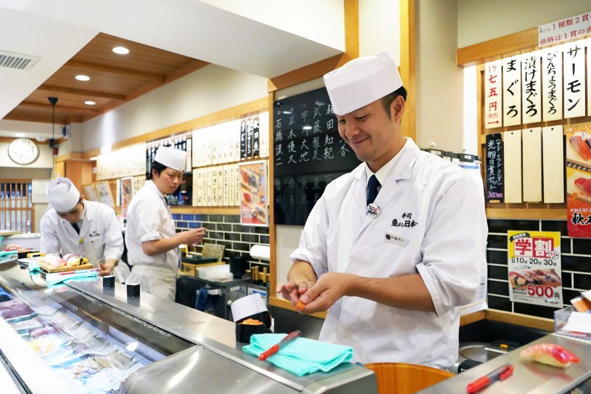 「寿司 魚がし日本一 高田馬場アカデミー」ですしを握るアカデミー生の伊藤善人さん