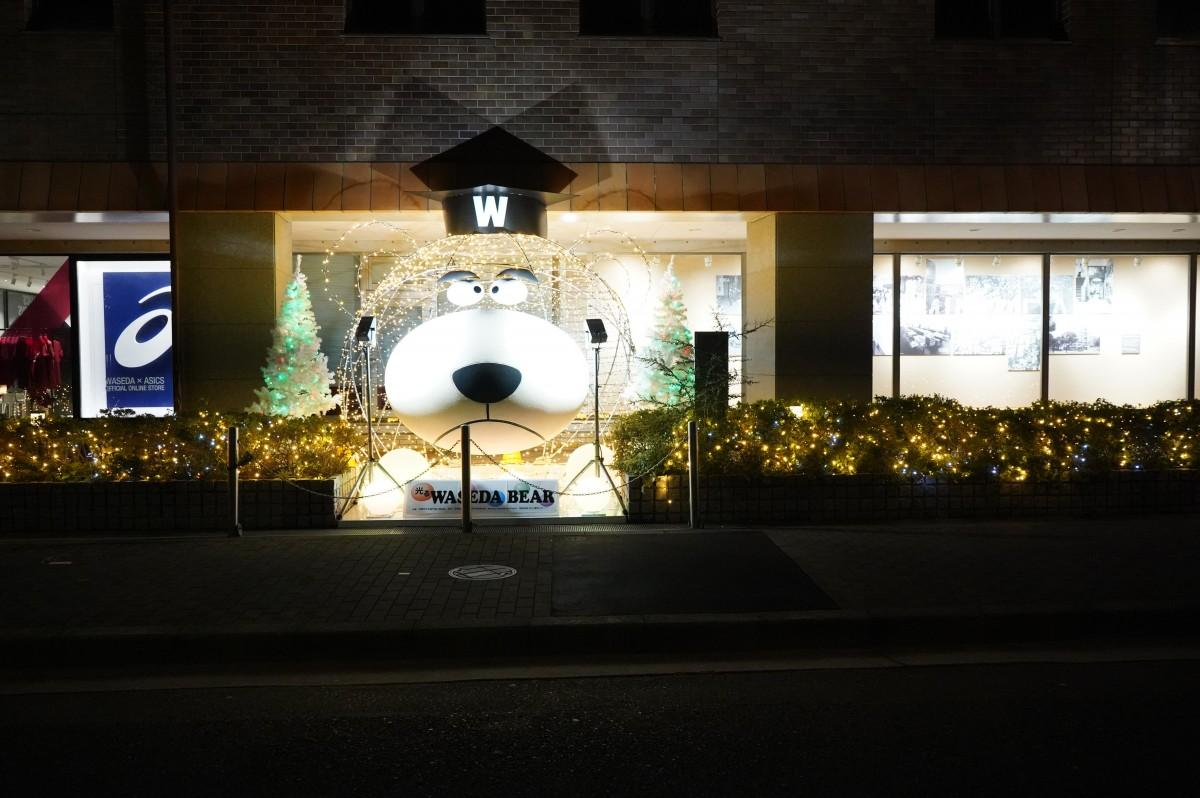 早稲田大学27号館に設置された「光るワセダベア」