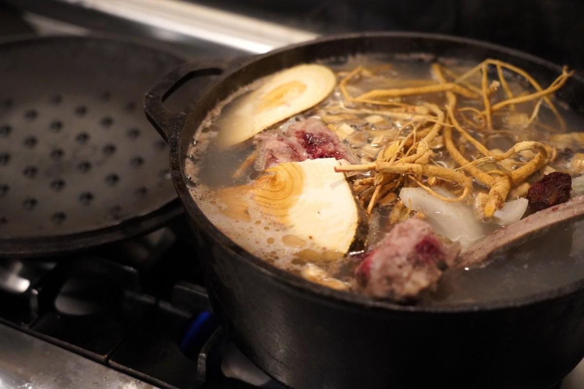 「ラムゲタン」を仕込むために、ダッチオーブンに材料を入れ煮込む様子