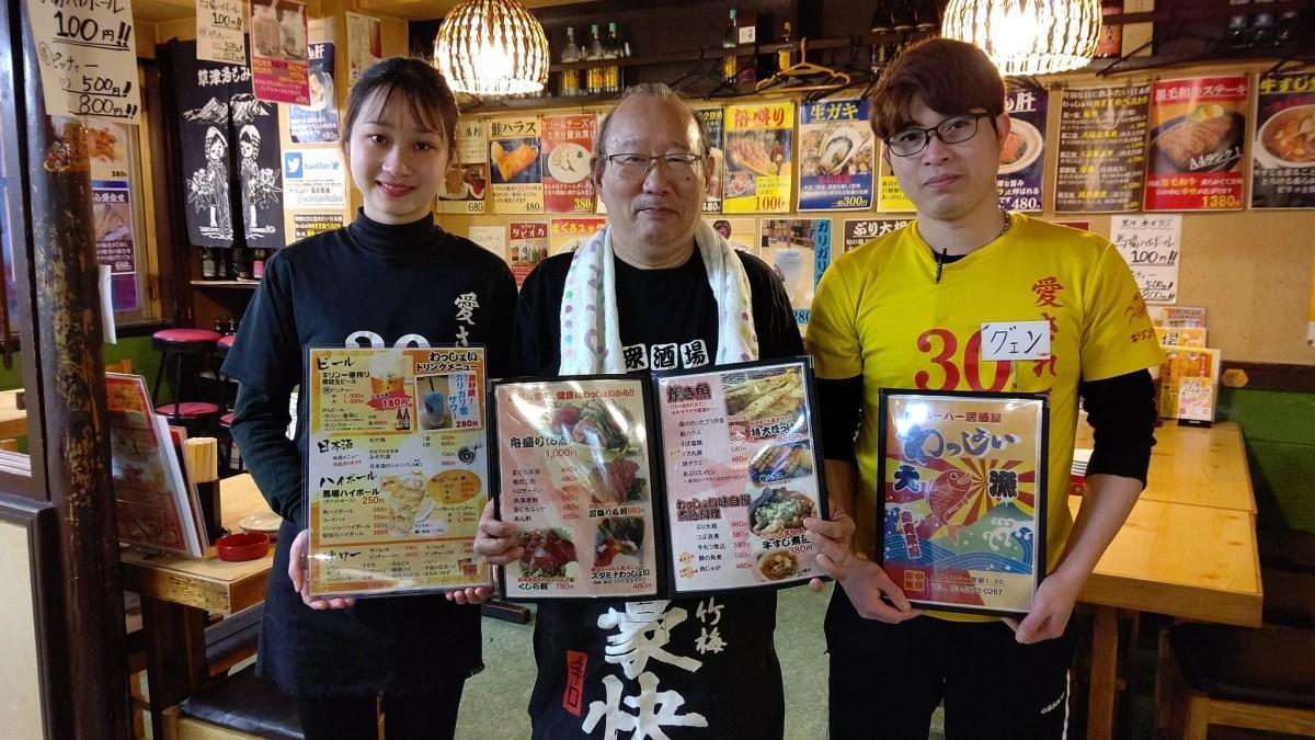 居酒屋「わっしょい」の店員、オアイン・グォールさん、園田義則さん、グエン・ヴァン・ヒェップさん(左から)