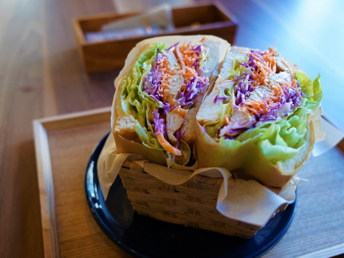 カフェオレ東京「Cafe au lait Tokyo」 鶏むね肉と千切りの野菜を詰め込んだチキンサンド