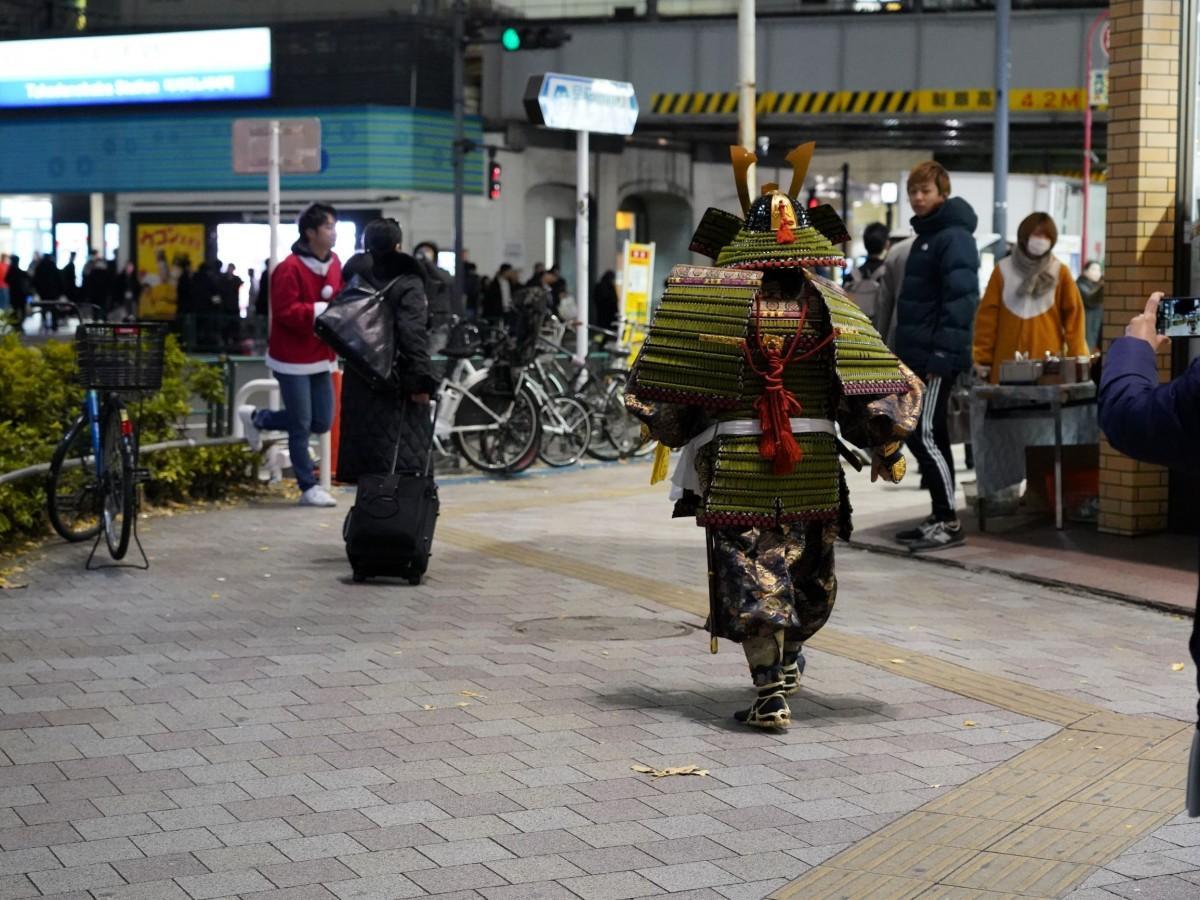 高田馬場の街を歩く、よろい武者姿の金澤和輝さん
