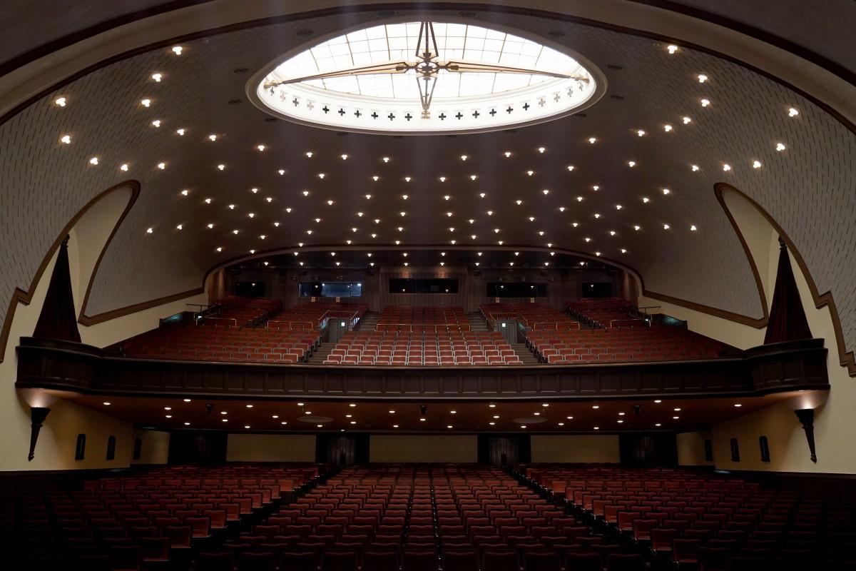 ステージから見た天井耐震改修工事が終了した「大隈記念講堂」内部の様子