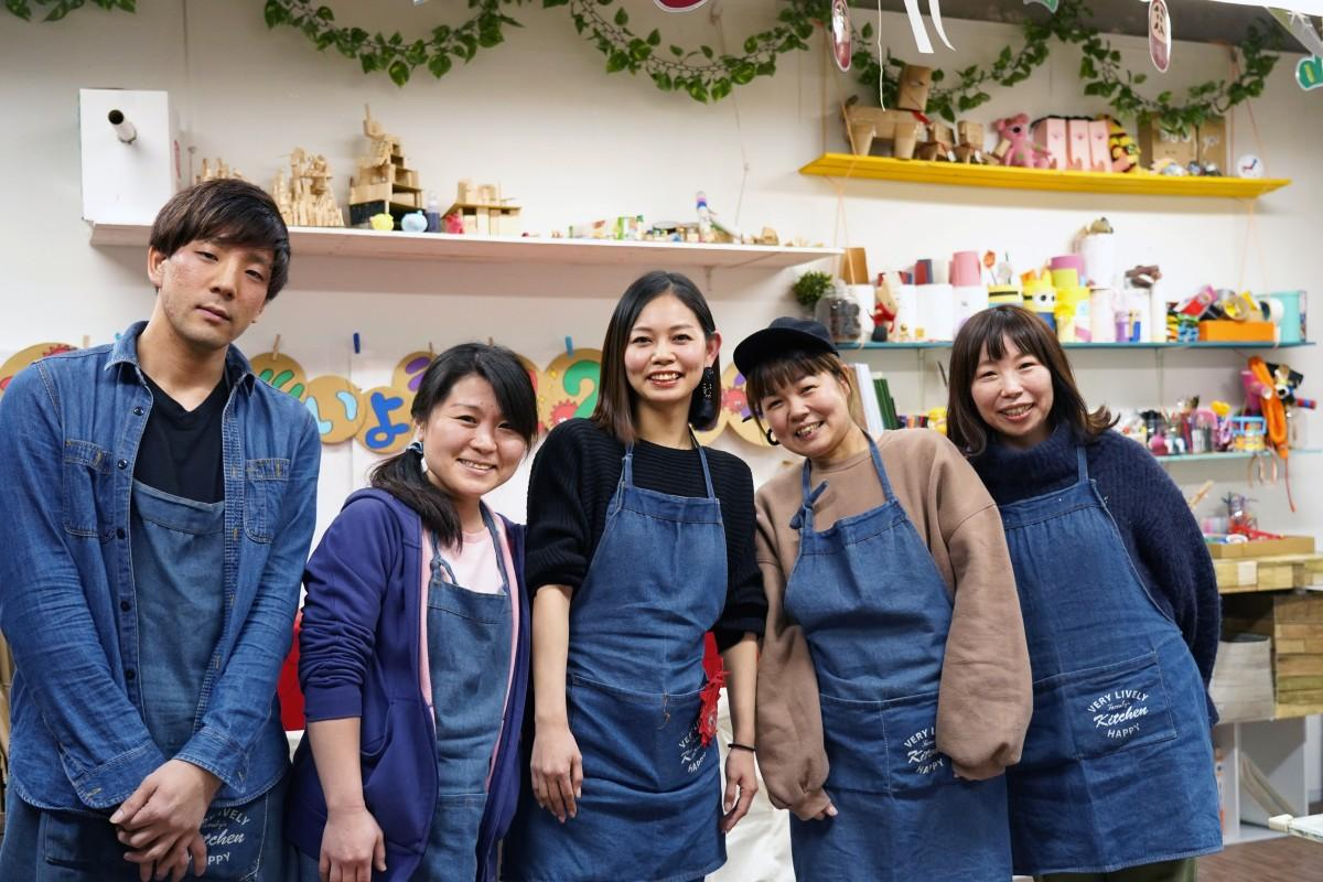 「アトリエたいよう」のスタッフ・澤田達郎さん、吉田依未さん、内山恵美子さん、山崎勢津子さん、中山さよ子さん(左から)
