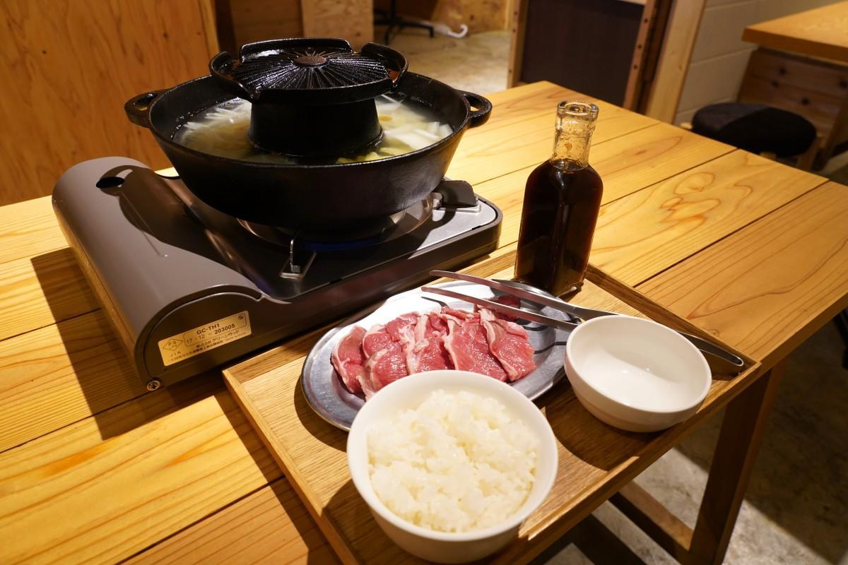 ラム肉専門店「隣のロッヂ」の提供するランチ「ジンギスカン定食」(120グラム)