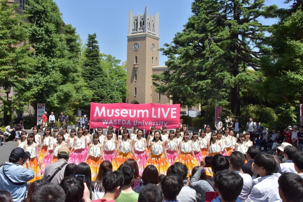 早稲田大学にある「會津八一記念博物館」の前で開催している「Museum LIVE」の様子(画像提供:早稲田大学文化企画課)