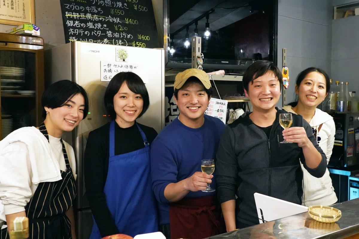 「居酒屋もちだ」運営メンバーと店主の清武大貴さん(中央)