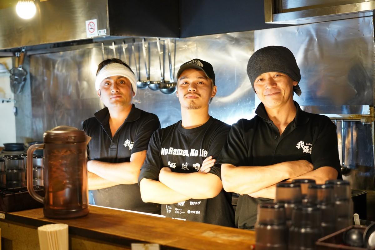 「らーめん我羅奢(がらしゃ)」のバブラムさん、アジェさん、店主のトニーさん(左から)