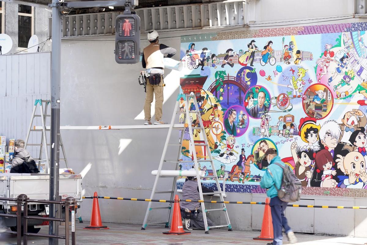 西武新宿線ガード下「アトムの壁画」の貼り替え作業の様子
