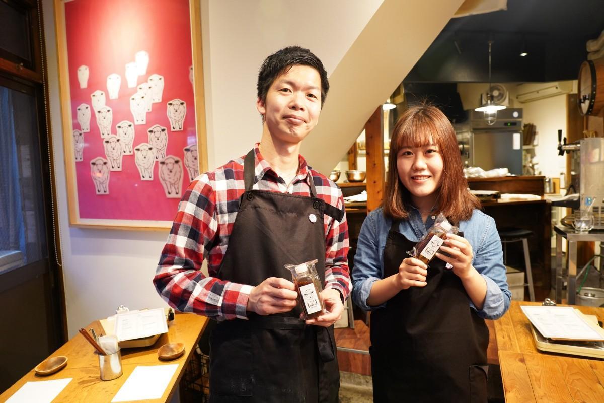 西早稲田のラム肉専門店「羊のロッヂ」の店主・越坂部忠生さんと酒井真菜さん(左から)