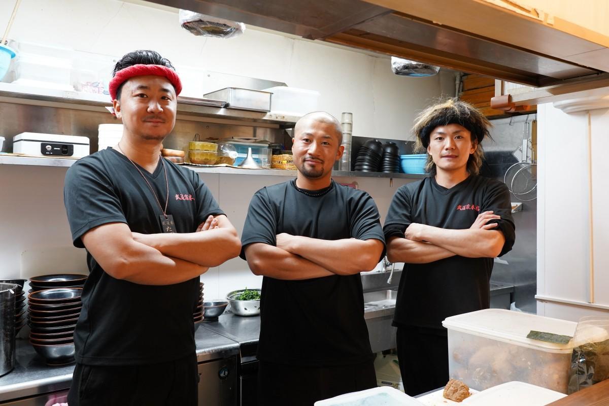 「武道家 早稲田本店」の店主・滝坂滋晃さん、白倉直弥さん、建石和哉さん(左から)