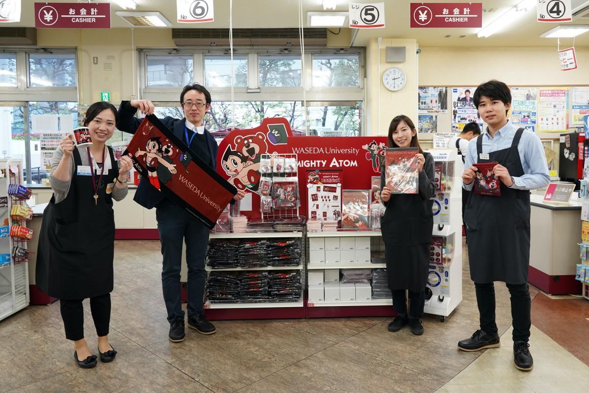 「早稲田大学生協ライフセンター(17号館)」のスタッフの皆さんとコラボグッズの売り場