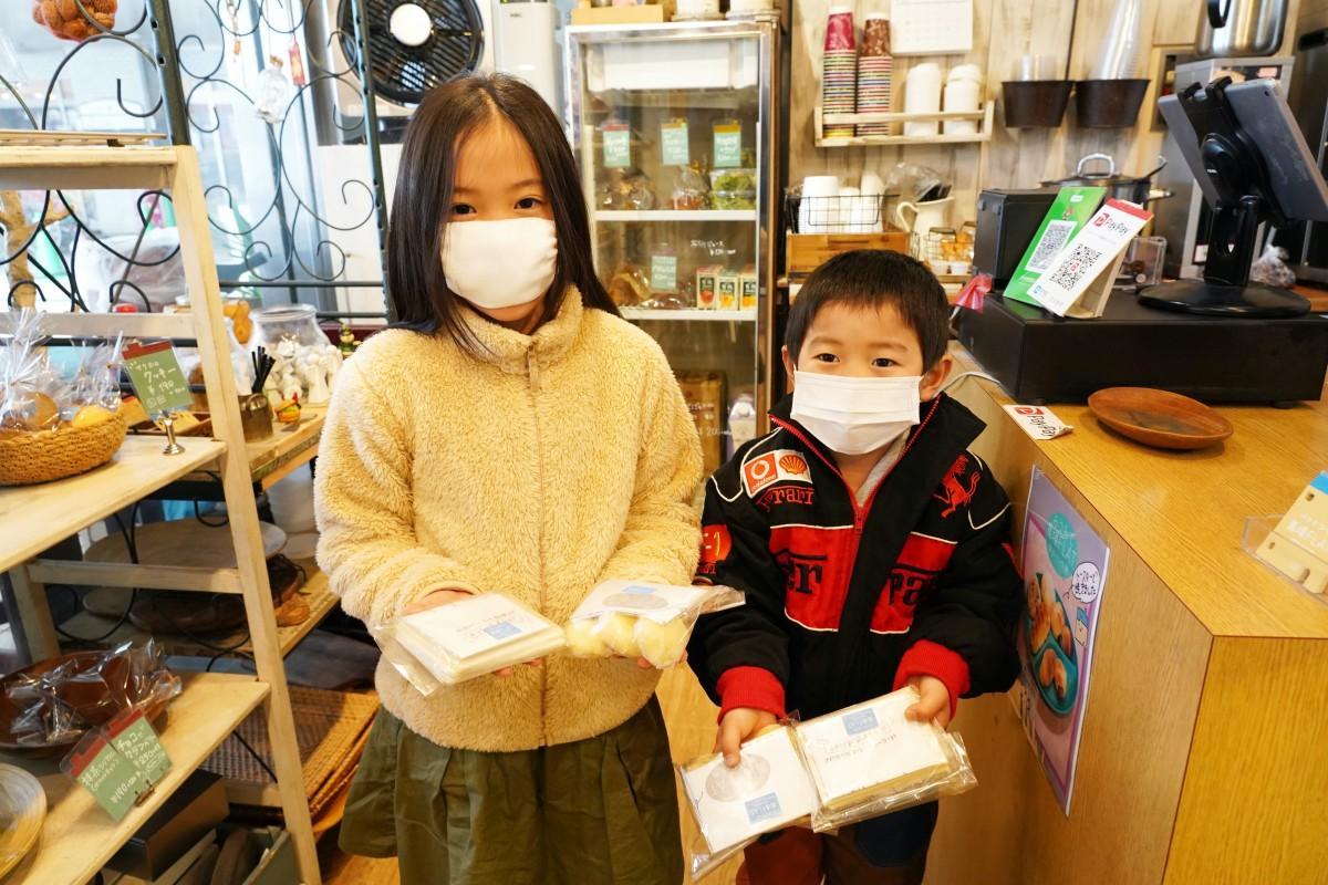 冷凍したパン生地「おうちで馬場FLAT」を手にした子どもたち